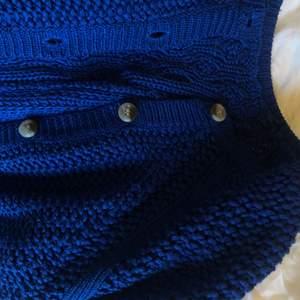 Såå fin stickad kofta i finaste blå färgen! Den är klippt nedtill💙