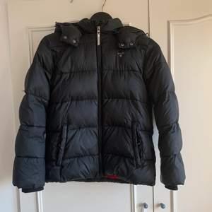 En svart oversized vinterjacka från GANT. Är i barn storlek 164cm men sitter ganska oversized på mig som oftast har S i jackor!