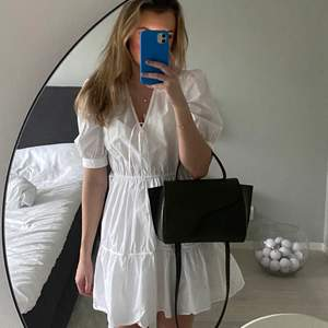 Säljer min urgulliga klänning från &other stories. Jätte fin och använd 2 gnr. Men säljer denna pga att den inte kmr till användning.🥰