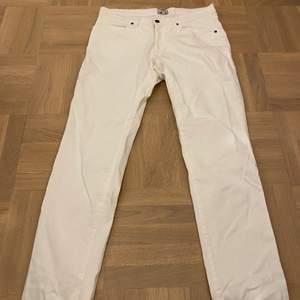 Säker dessa jättefina vita noa Noa jeansen! De är jätte fina och tunt Matrial så de är nästan som linnebyxor. De har skit snygga fickor och är aldrig använda då jag råkade köpa dom i för stor storlek!