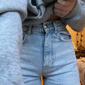 90s jeans från Gina i mycket bra skick 💙 jag är 165 och brukar ha s/xs