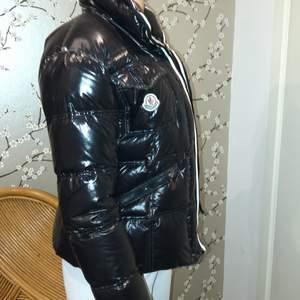 Nu säljer jag min Moncler jacka i storklek Xs/s🤍 Äkta!!!