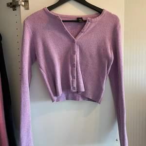 Knappt använd lila urban outfitters tröja med knappar i storlek M 💗 Fraktar endast :-)