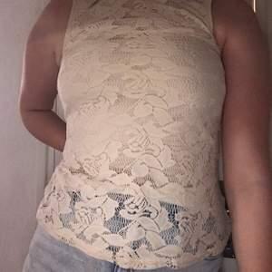 Spets tröja i fint skick, väldigt fint att ha till sommaren. Lappen där märket står är bortklippt men förmodar att den är från H&M