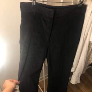 Mörkblåa långa Manchester byxor från zara! Bra skick, lite korta på mig som är 172
