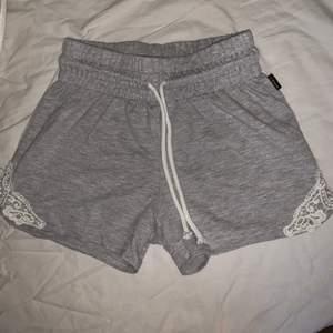 Ljusgrå mjukis shorts som är sparsamt använda och super mysiga❤️❤️