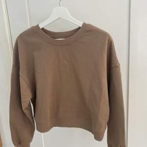 Säljer denna korta sweatshirten från pull&bear. Tröjan är i stl M och säljer pga av ingen användning🧚🏻🧚🏻 Fick hem den från nätet för någon vecka sen nyskick