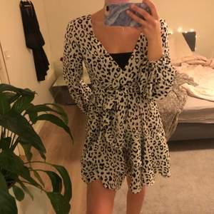svart vit klänning från boohoo, använd 1 gång, 90kr + frakt! 💗 (vet inte exakta pris på frakt)