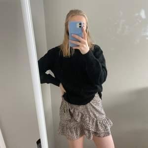 Fin leopard kjol med volangkant. Säljer pga att den används alldeles för sällan :)