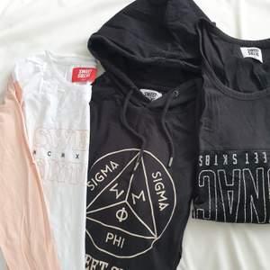 Paket med 3 sweettröjor, en hoodie, en långärmad och ett linne. Lagomt oversize på mig med M, men passar fler storlekar beroende på hur man vill att de ska sitta