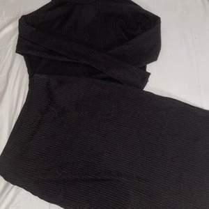 Ett svart ribbat set med polo tröja & lång kjol (till smalbenen?) super fint men tyvärr lite stort för mig! Slits i kjolen. Aldrig använt endast provat 🥰 kan tänka mig ett billigare pris vid snabb affär!