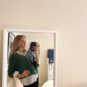 Jättefin grön stickadtröja från vila. Använd som den är eller kanske med en skjorta under. Köparen står för frakten:)
