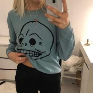 Crewneck jacka från cheap monday. Super fin tröja verkligen i en blå färg.🦋