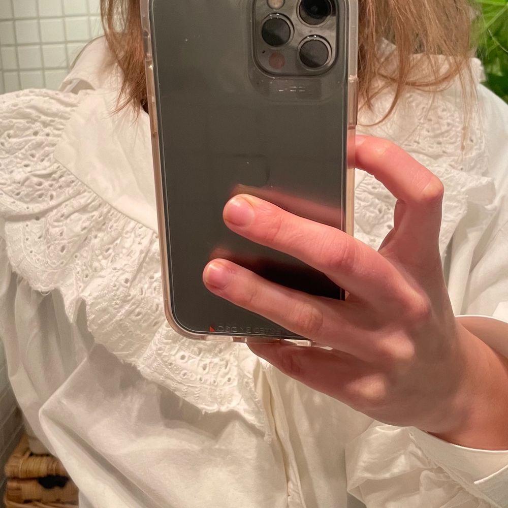Helt ny skjorta från ZARA! Råkade beställa 2 stycken. I storlek S, tycker att den är snygg oversized!!!. Skjortor.