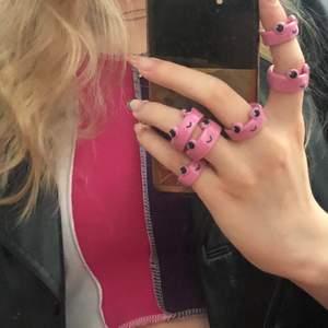 Era favvo ringar är nu tillbaka i rosa! Dessa ringar kan ni hitta genom att följa länken på mitt insta (@by._.ams) eller genom att söka på AMSofficial på etsy🐸.    Allt skickas fortfarande från Sverige och bara till Sverige och allt som säljs är fortfarande handgjort av mig💕💕💕        Ringarna finns i 3 olika storlekar