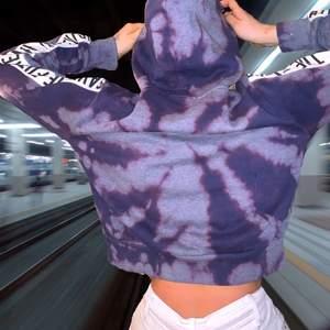 Skitball tie die hoodie som är croppad (köp så). Ascoola detaljer längst armarna och skiftar i lila och blå i olika nyanser. Tide die har varit trendigt on och off i decennier men har nu en comeback👊👊. Hoppas ni gillar den🥰