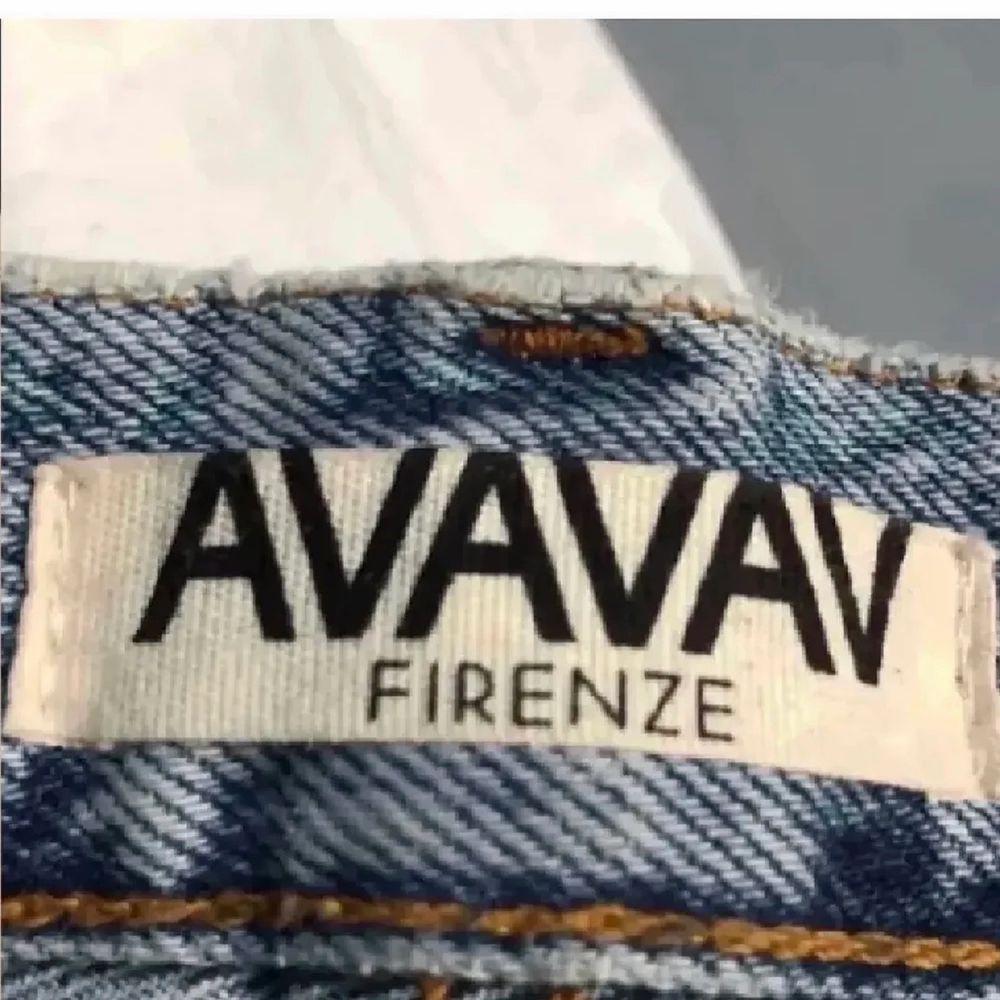 Säljer dessa snygga raka jeans från AVAVAV Firenze. Köpta för 2200 kr, mitt pris 550 kr. Storlek 25. Endast använda en gång. Då jag hade velat ha de längre i benen kmr de tyvärr inte till användning. Jag är 173 cm lång. Kan mötas upp i Sthlm annars står köparen för frakten (66kr). Jeans & Byxor.