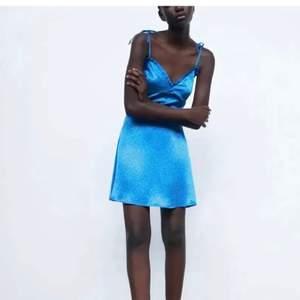 Säljer den här sjukt snygga slutsålda klänningen från zara, den har prislappen kvar och allt. Säljer den endast då den tyvärr var för liten för mig😢.