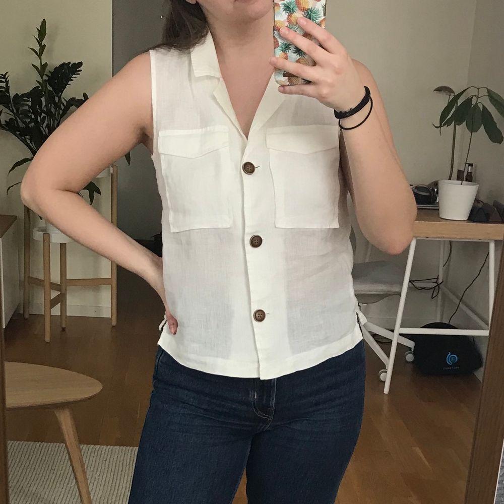 Söt vit topp / skjorta / väst i 100% linne från Mango. Toppar.