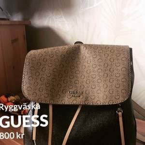 En otroligt fin Guess  ryggväska . Köptes för 1800kr .Säljes den pga att jag inte har någon användning till den längre.Priset kan diskuteras vid snabb affär 😊
