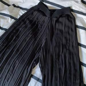 Köpte dessa mesh byxor i italien för ett år sedan men dem har inte kommit till användning. Det är endast mesh och har INTE insydda short, alltså kan man se igenom. Rekommenderar att man har short under🙌🏻❤️ Jag brukar ha S/M och dem passar jättebra i midjan! Frågor och annat? Skriv till mig privat🥰 Frakt tillkommer✨