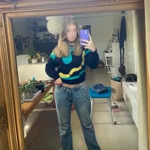 Cool stickad tröja. Fet till låga jeans eller typ till vad somhelt ärligt. Den är tightare stickad i midjan vilket gör att man kan lägga den på olika sätt och då passar med så himla mycket💙💚💛🖤 älskar!