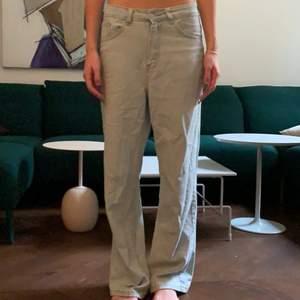 Ljusa baggy jeans. Innerbenslängd: 77cm. Köparen står för frakt! 💙