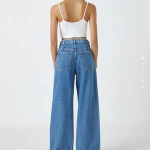 Jättefina wide leg jeans från Pull&Bear. Nyskick! Storlek 32