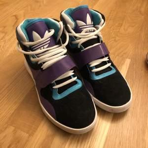 Adidas sneakers i storlek 39 1/3. (Lite små i strl så skulle säga att de mer Passar 38-38,5 vilket är min normala strl och de sitter perfekt) Endast använda ett fåtal gånger och är i toppskick, inget speciellt att anmärka på. Köpte de i Las Vegas och de är inget som tillverkas längre. 600kr + 66kr frakt