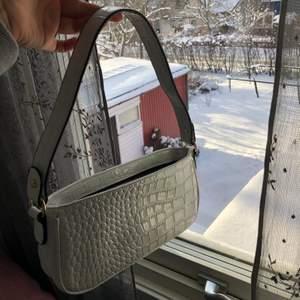 Säljer nu min nästan oanvända väska. Den är vit med mönstrat lackmaterial. Använd ca två gånger. Skriv för frågor eller fler bilder💕