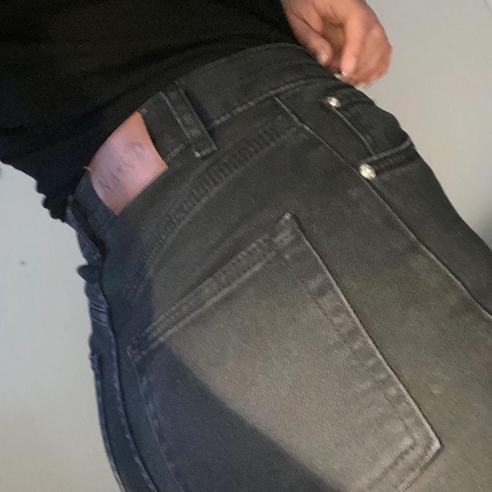 Köpta på Na KD, använda fåtal gånger. Mörkgrå i färgen, höga i midjan och lite rakare i benen. Har klippt av kanten mer till för att få de lite fransigare, funkar bra pp mig som är 164 🥰 köpare står för frakt eller möts i Malmö ❣️. Jeans & Byxor.