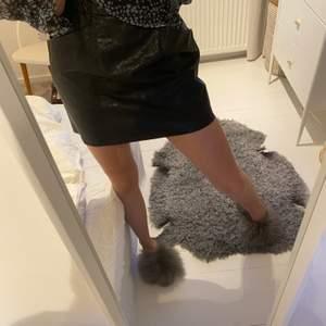 En sjukt snygg kjol från Zara som tyvärr inte kommer till användning längre.😍🥰 storlek xs men skulle säga att den är i s vilket jag brukar ha!