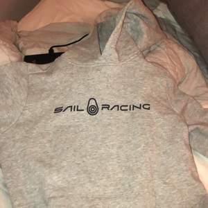 Säljer denna jättesnygga sail racing hoodien i storlek S, använd den runt 2 max 3 gånger så den är som ny! ❤️❤️