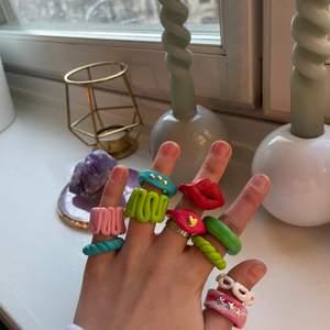 Säljer dessa jättefina ringar som jag har gjort själv, jag kan göra flera olika designer och färger💕 Kontakta mig om ni är intresserade av någon☺️ 2 stycken för 40kr💕 OBS! Ringen med läpparna kostar 30kr eftersom att den är svårare att göra💕👄