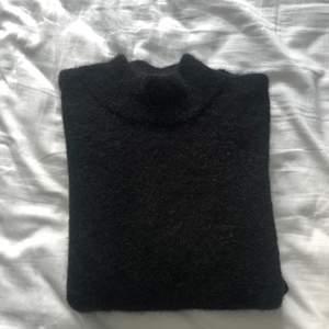 Svart Stickad tröja, Stl S. OBS! Inte hårstrån på tröjan den ser ut så<3