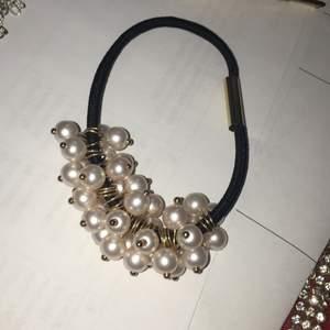 Fina smycke som är oanvända. Örhänge kostar 20kr/st, tofsen kostar 20kr och den tredje hår smycke kostar 20kr men om ni köper alla i sammangång så blir det 50kr för alla❤️🥰