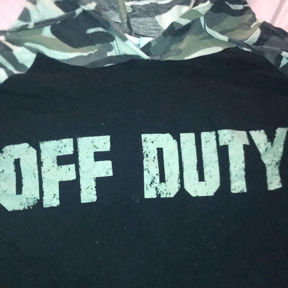En cool militär huvtröja från new yoker! One size . Huvtröjor & Träningströjor.