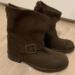 Bruna boots i läderimitation, från WERA. Mycket sparsamt använda. Dekorativ dragkedja bak. Storlek 36, men passar mig som har 37.