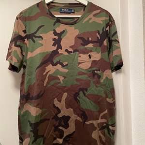 Säljer två t-shirt:ar en är från Polo Ralph Lauren med camouflage mönster (se bild 1-2). En röd tröja från us polo medföljer i priset. Båda tröjorna är i väldigt bra skick (knappt använd).