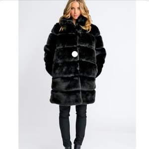 Hej!                                                                                Säljer nu min super fina päls jacka i storlek S för 900 kr, köptes förra vintern för 3000 kr och är ENDAST använd 2-3 gånger.