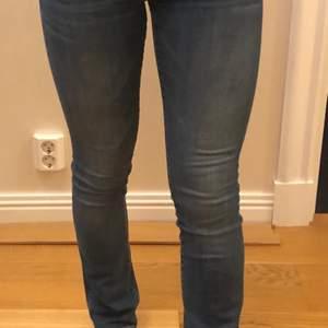 Ett par riktigt lågmidjade crocker jeans, inte alls slitna & känns som nya. 120kr plus frakt :) storlek 25/32