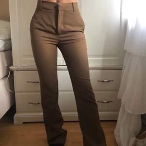 Bruna kostymbyxor från Zara som är slutsålda. Köpta för 600kr, jag är 172cm lång och dom är långa i benen! Buda gärna i kommenterarna🤎 köparen står för frakt. Köp direkt för 400kr +frakt