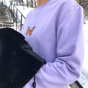 """Hur snygga?? Perfekt till att göra en simpel outfit lite extra🧚♀️ Vilka färger på sweatshirt som finns m.m hittar ni i höjdpunkten """"Sweatshirt färg""""✨ Pris 349:- med spårbar frakt❗️ Betalning sker innan jag beställer din sweatshirt, beställer allt på måndagar & onsdagar!🤍 ✨Kan tvättas i 30 grader i tvättmaskin, det är bäst att vänta ut och in, samt vid strykning✨ Fler frågor m.m? Skriv till mig på dm Ha en fin dag kram.                                                                 💌Insta: Vikiicom"""