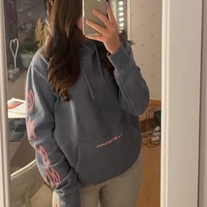 Säljer min snygga blå hoodie från H&M i storlek M, sitter oversized på mig som är S egentligen. Använd endast vid ett tilfälle.