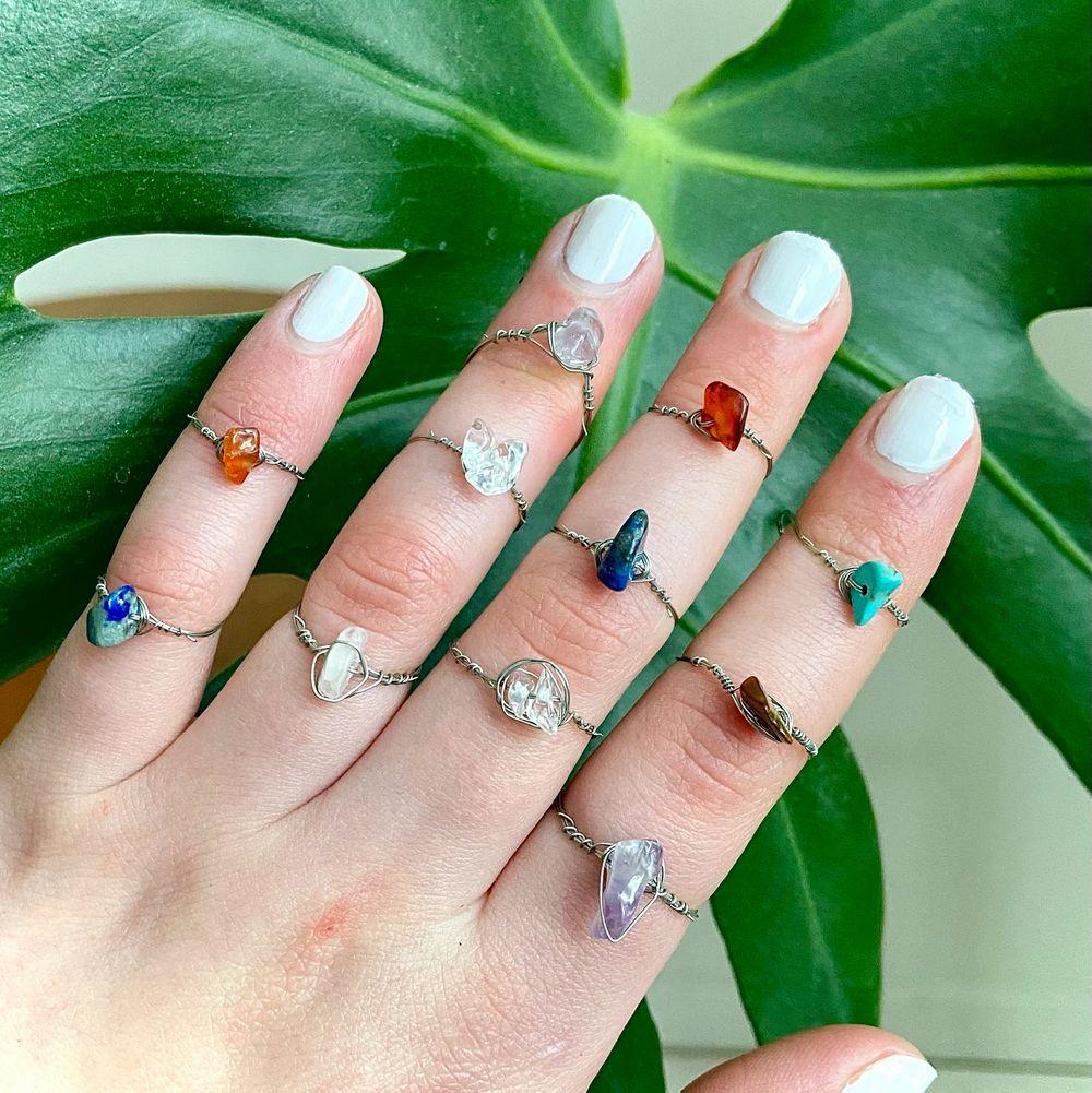 ALLA RINGAR FINNS KVAR Ringar av äkta kristaller: Rosenkvarts (ljusrosa), Bergskristall (genomskinlig), Tigereye (brun), Lapis lazuli (mörkblå), Jade (ljusblå), Karneol (orange/röd), Ametist (lila). Ringarna finns i XS/S och M/L. Skriv privat för frågor😊 . Accessoarer.