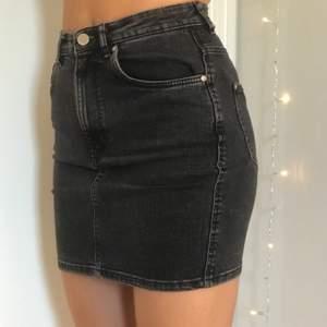 Super snygg och jätte skön kjol! Stretchigt material som formar kroppen jättefint. Jag är 170 lång och kjolen sitter bra men kanske gränsfall till för kort därav säljs den💕