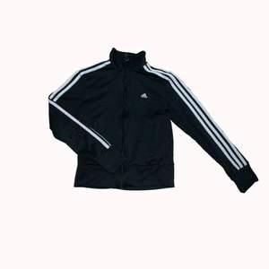 Ball Adidas zipup som sitter lite tightare, det till ett bar baggyjeans eller bootcut skulle vara assyggt!!
