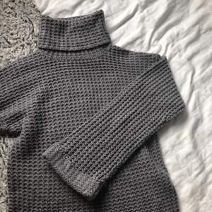 Jättefin stickad tröja nu till våren ifrån nakd. har två stycken en i grå och en i vit. annvänd men fortfarande bra skick. (skicka privat för fler frågor)