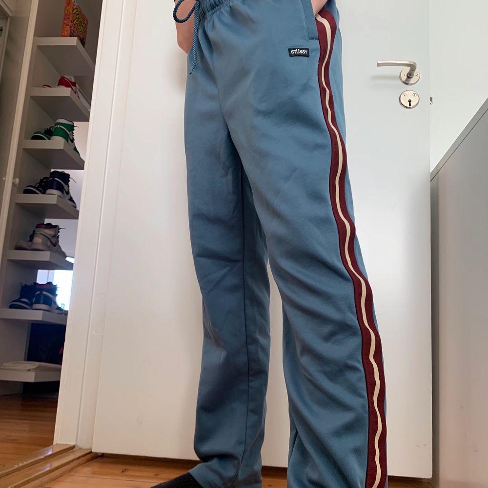 Använt sparsamt, condition 10/10. Storlek medium, jag är 165cm lång.  Kom med egna bud! 🧚💚 STARTBUD: 300kr. Jeans & Byxor.