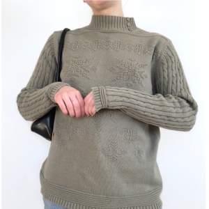 Strukturstickad tröja i khakigrön. strl S. Fin knappdetalj på kragen. + frakt 66 kr 💫 Se även mina andra annonser, jag samfraktar gärna 💫